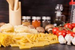 Repas sain et delicous - pâtes crues crues photographie stock
