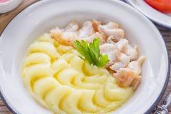 Repas savoureux avec le filet de poissons frit et la purée de pommes de terre photo stock