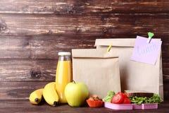 Repas scolaire avec des sacs en papier image libre de droits