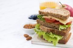 Repas scolaire avec le sandwich du pain complet photo libre de droits