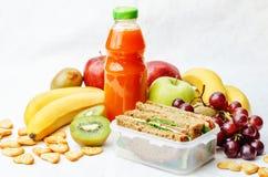 Repas scolaire avec un sandwich, des fruits frais, des biscuits et le jus images libres de droits