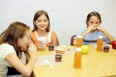Repas scolaire dans le cafétéria Images stock