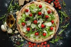 Repas spécial de restaurant de pizza du ` s de chef photographie stock libre de droits