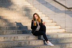 Repas sur des escaliers - l'ado mange et boit extérieur Photos libres de droits