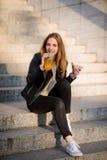 Repas sur des escaliers - l'ado mange et boit extérieur Photo libre de droits