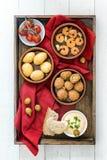 Repas sur le pouce espagnol de tapas, olives cuites au four, crevettes de crevette rose, pommes de terre Images libres de droits