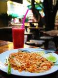 Repas thaïlandais avec du jus frais Image stock