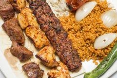 Repas turc traditionnel - sélections des chiches-kebabs Image libre de droits