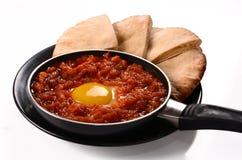 Repas végétarien de Shakshuka de plat africain du nord israélien bon pour le déjeuner ou le dîner de petit déjeuner image stock