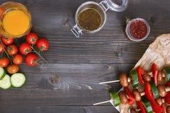 Repas végétarien grillé sur la table en bois, vue supérieure Partie de barbecue extérieure Photo libre de droits