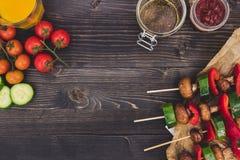 Repas végétarien grillé sur la table en bois, vue supérieure Partie de barbecue extérieure Photo stock