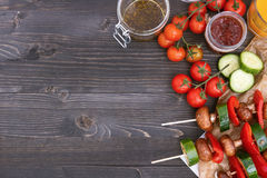 Repas végétarien grillé sur la table en bois, vue supérieure Partie de barbecue extérieure Images libres de droits