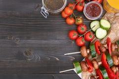 Repas végétarien grillé sur la table en bois, vue supérieure Partie de barbecue extérieure Photographie stock