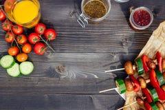 Repas végétarien grillé sur la table en bois, vue supérieure Partie de barbecue extérieure Photos libres de droits