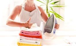 Repassant vêtx sur la planche à repasser, les vêtements repassés repassant, la blanchisserie, vêtements, ménage et objecte le con Photo stock
