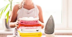 Repassant vêtx sur la planche à repasser, les vêtements repassés repassant, la blanchisserie, vêtements, ménage et objecte le con Photographie stock