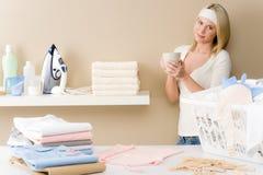 Repasser de blanchisserie - pause-café de femme photographie stock libre de droits