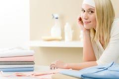 Repasser de blanchisserie - rupture de femme après les travaux domestiques photo stock