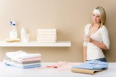 Repasser de blanchisserie - rupture de femme avec la boisson image stock