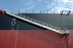 Repassez l'échelle sur un charbon de transport de pétrolier photos libres de droits