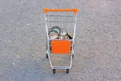 Repassez l'argent dans un chariot d'épicerie dans le terrain découvert, la vue à partir du dessus photos stock