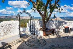 Repassez la cloche de porte et en bronze dans le monastère de Tsambika, RHODES, GRÈCE photo stock