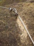 Repassez la corde tordue fixe dans le bloc par les crochets instantanés de vis Détail d'extrémité de corde ancré dans la roche Photographie stock libre de droits