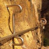 Repassez la corde tordue fixe dans le bloc par les crochets instantanés de vis Détail d'extrémité de corde ancré dans la roche Photos libres de droits