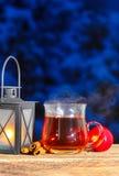 Repassez la lanterne, en cuisant la tasse à la vapeur de pommes de thé et de rouge Photo stock