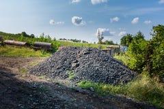 Repassez la merde et les déchets près de l'arbuste vert Milieu industriel et recyklation des déchets Déchets et corrosion image stock