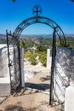 Repassez la porte et croisez devant le monastère de Tsambika, RHODES, GRE image libre de droits