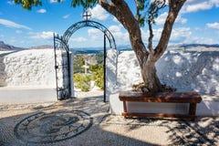 Repassez la porte et croisez devant le monastère de Tsambika, RHODES, GRE images stock