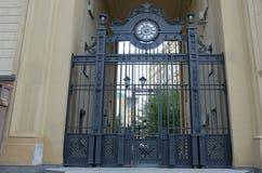 Repassez la porte regardant sur une cour Images libres de droits