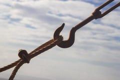 Repassez le crochet pour la construction ou la plaisance sur une boucle d'un câble image libre de droits