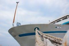 Repassez le poteau pour l'amarrage des bateaux au pilier industriel Images stock