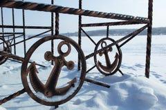 Repassez le signe de l'ancor sur la côte d'hiver couverte de neige Images libres de droits