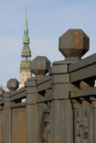 Repassez les balustrades du pont et d'une église de St Peter à Riga, Lettonie Images libres de droits