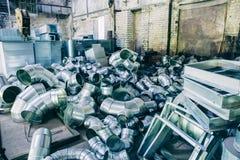 Repassez les blancs pour la production des systèmes de ventilation industriels, un groupe de tuyaux en métal dans la boutique Photos libres de droits