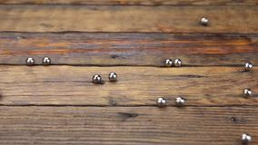 Repassez les boules roulant aléatoirement le long d'une table en bois de vintage Concept clips vidéos