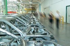 Repassez les cadres de voitures à l'usine pour la production des voitures de tourisme image stock