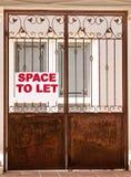 Repassez les portes avec l'espace de signe pour laisser photo stock