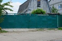 Repassez les portes et le vert de guichet sur la rue Images stock