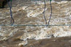 Repbro över den snabba floden som utbildar för överlevnadexpertis royaltyfria foton