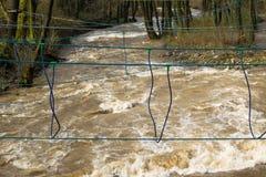 Repbro över den snabba floden som utbildar för överlevnadexpertis royaltyfria bilder