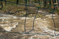 Repbro över den snabba floden som utbildar för överlevnadexpertis royaltyfri bild