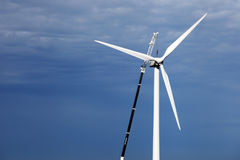 Repearing die Windkraftanlage lizenzfreie stockbilder