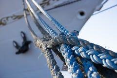 Repen i bakgrunden pilbågen av skeppet royaltyfri bild