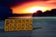 Repensez - épreuve de révision - Rebrand sur les blocs en bois Image traitée par croix avec le fond de bokeh photos stock