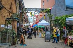 Repet går och den Maltby gatamarknaden Arkivfoton