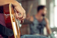 Repetición de la banda de la música rock Guitarrista eléctrico y batería detrás del sistema del tambor imagen de archivo